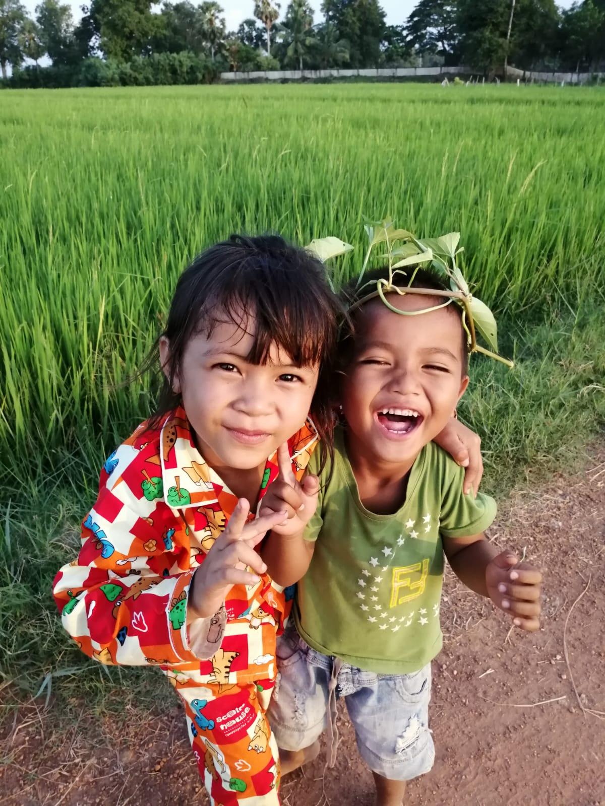 Filleuls cambodgiennes qui rigolent