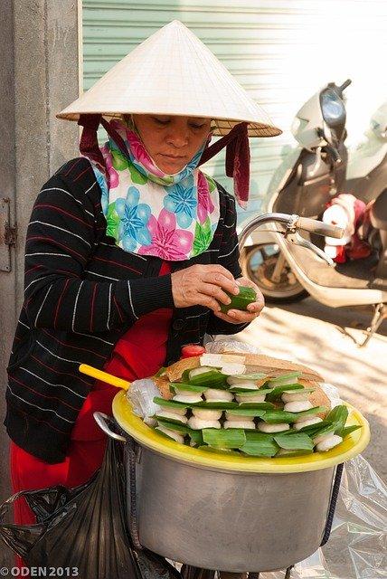 Une femme vietnamienne prépare des gâteaux de riz pour le nouvel an. Tuan Hung Nguyen de Pixabay