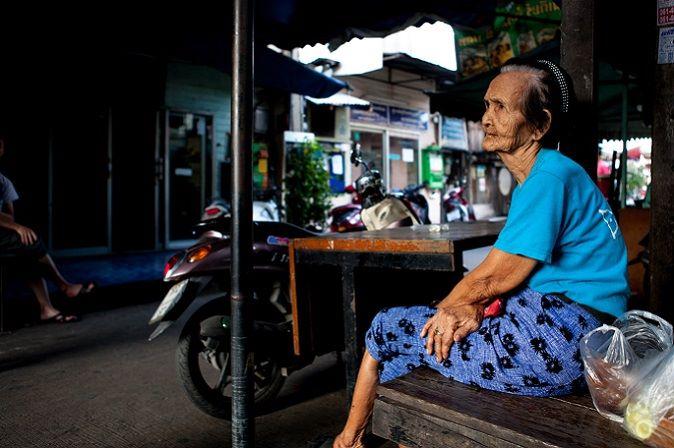 Assise, une femme attend que la journée passe