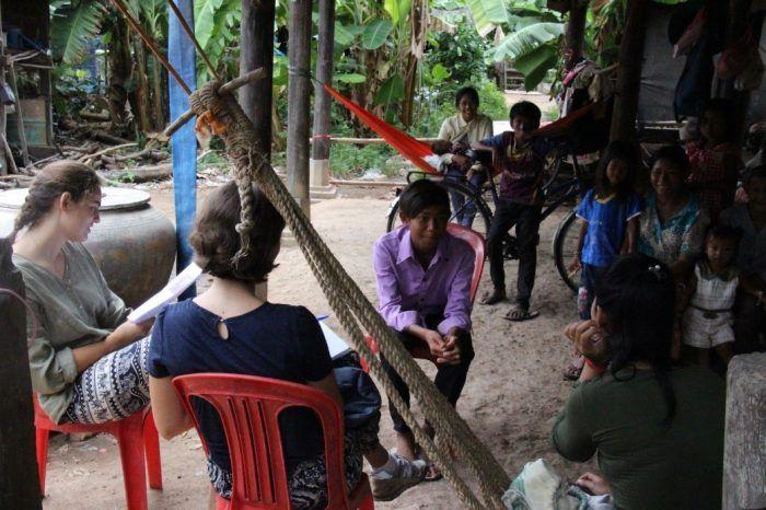 L'équipe des travailleurs sociaux et volontaires en visite chez un filleul ©Enfants du Mékong
