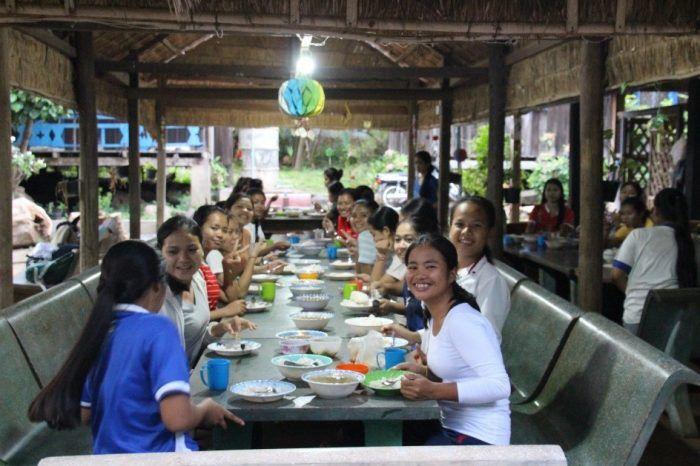 Un dîner en semaine dans un foyer ©Enfants du Mékong