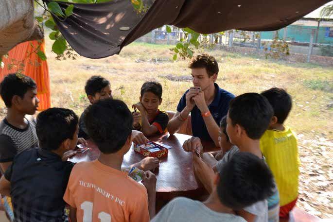 Bruno joue avec les enfants du centre de Samrong ©D.R