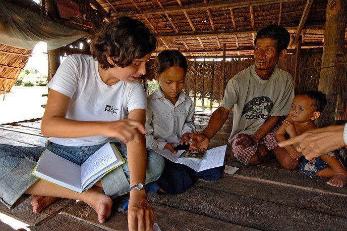 Une bambou rencontre la famille d'un enfant parrainé ©DR