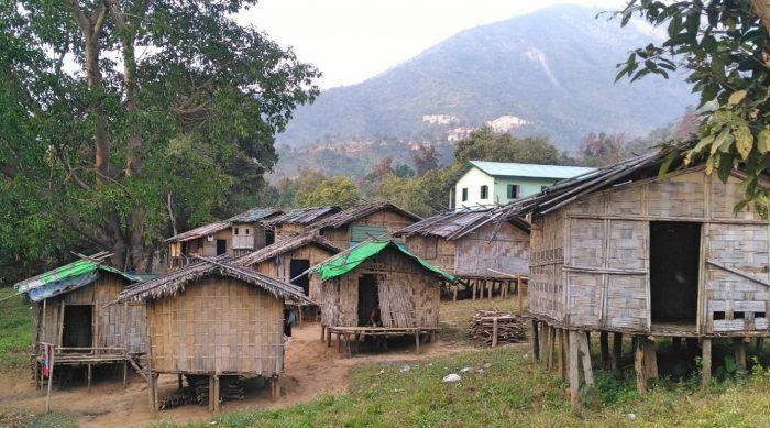 Une multitude d'enfants de la région vivent et étudient dans les cabanes en bambous insalubres installées en face de l'école de Rung.