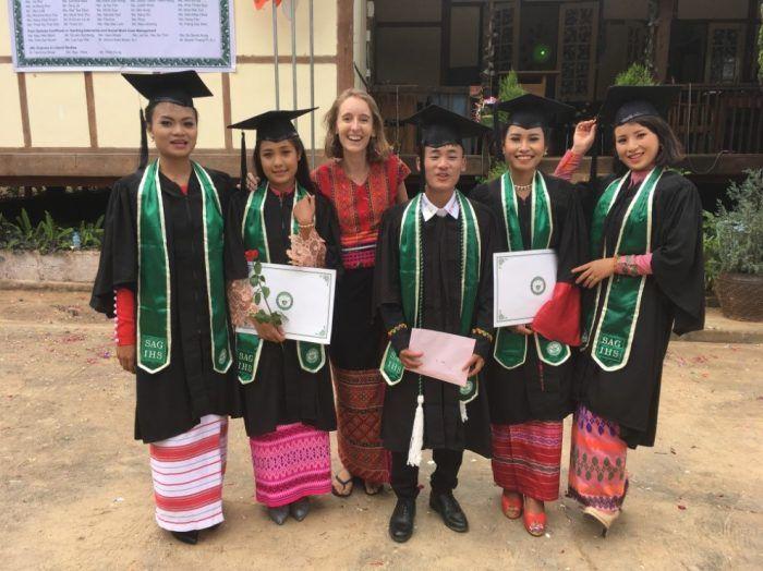 Grace, Lucy, Tang Ja, Kinh Thida Soe et Clare sont diplômés. Marie, la bambou, n'est pas peu fière ! ©EnfantsduMékong