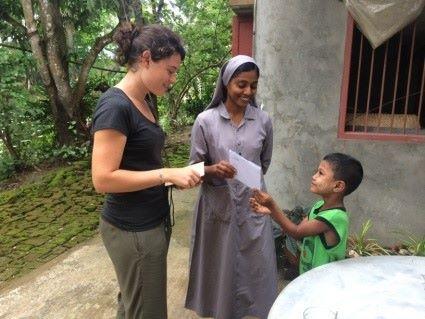 Remise du courrier au filleul par la volontaire Bambou