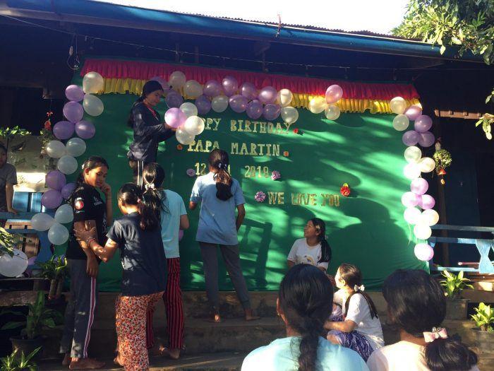 Les jeunes décorent le Centre pour l'occasion ! ©Hélène de G.