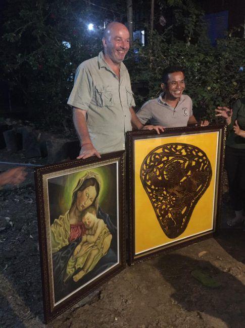 Cadeaux personnels de Monsieur Samuth, professeur de dessin c'est lui qui a réalisé la Vierge à l'Enfant) mais aussi entraîneur de foot des filles et depuis peu, maître d'oeuvre du futur chantier Banteay Chmar ©Hélène de G.