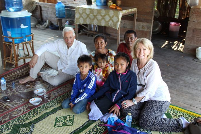 Evelyne, son mari, leur filleule Dok Keo et sa famille ©Marion Bernard