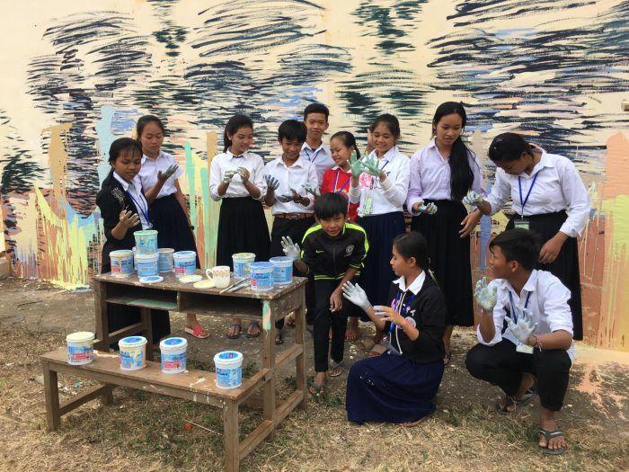 Les jeunes du Centre de Sisophon devant le mur qui repeignent grâce à l'aide de Hom Nguyen