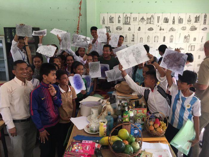Les jeunes motivés apprennent le dessin grâce à Hom Nguyen !