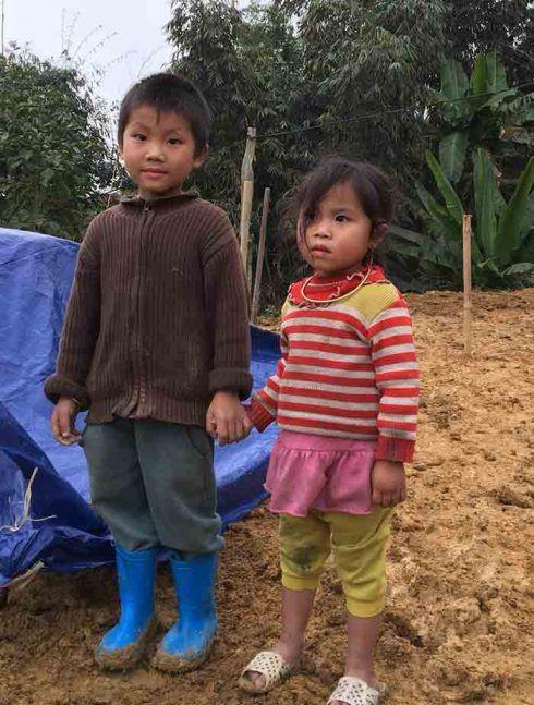 Enfants issus de l'ethnie Hmong noirs autour de Sapa dans le Nord du Vietnam ©Camille H.
