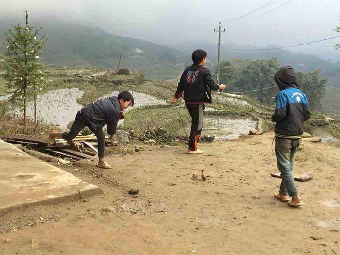 Enfants Hmong jouant autour de Sapa dans le Nord du Vietnam ©Camille H.
