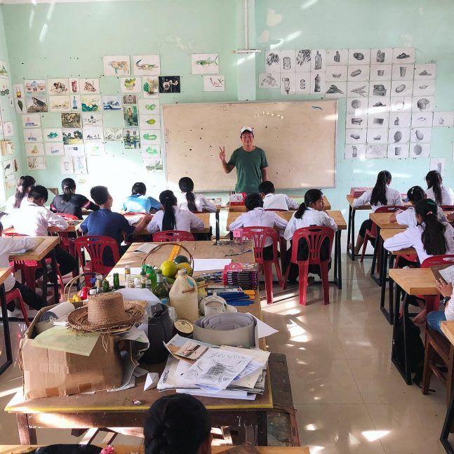Hom Nguyen donnant un cours de dessin dans une des classes du Centre de Sisophon ©Antoine Besson