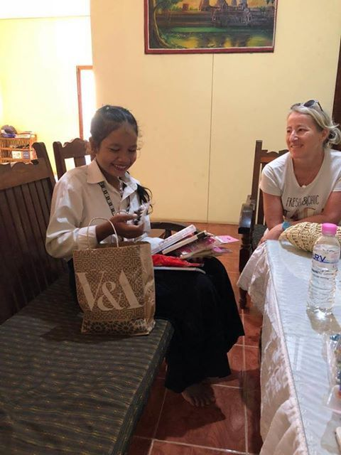 Sophie regarde Sinou ouvrir ses cadeaux ©Enfants du Mékong
