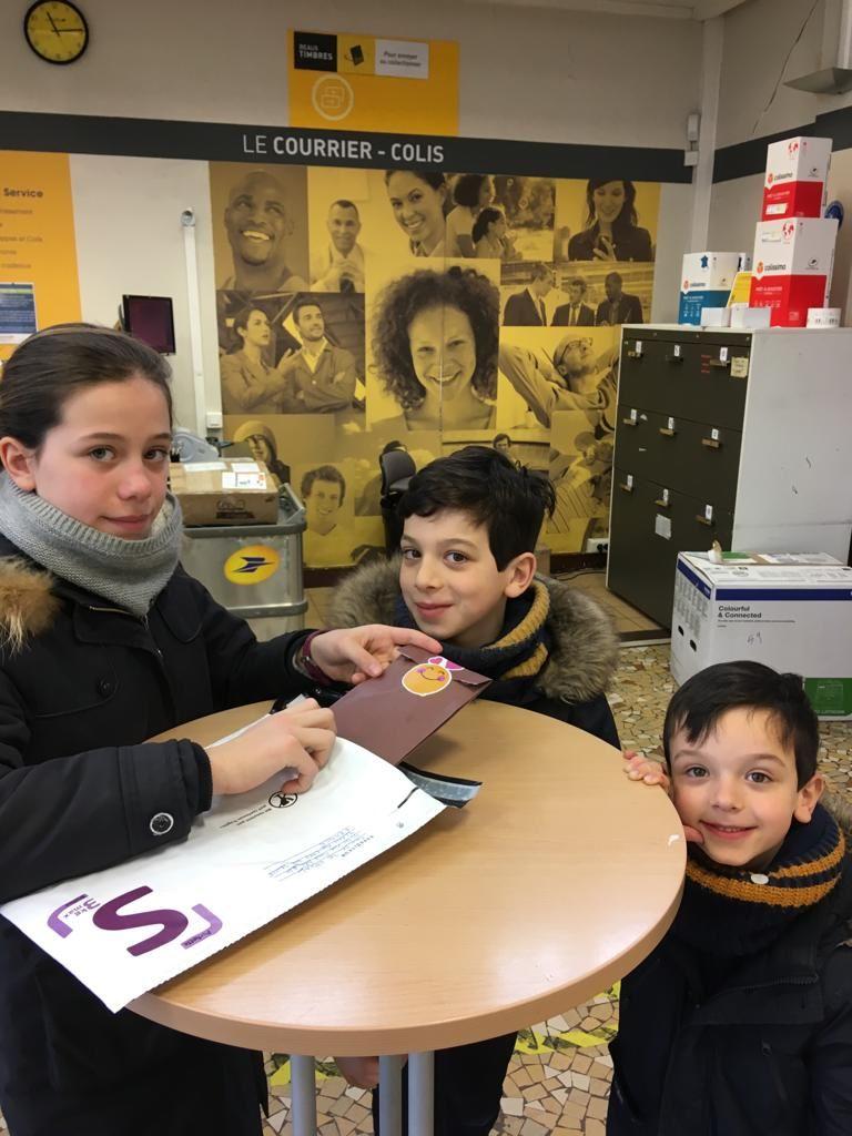 Victoire, Maxence et Côme envoient leur première lettre à leur filleul du bout du monde !