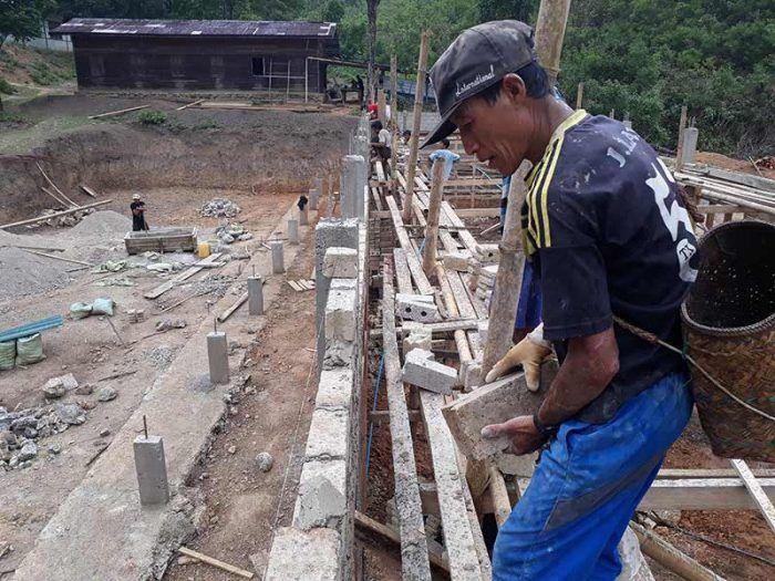 En plein travaux pour l'école de Sisong ©Enfants du Mékong