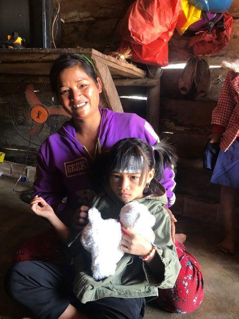 Ma filleule Ka Hang avec sa nouvelle peluche, dans les bras de sa Maman