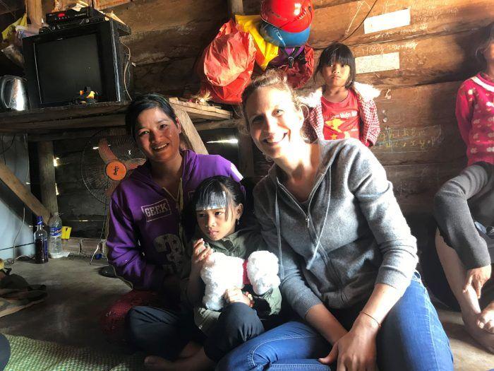 Pauline avec sa filleule Ka Hang, et sa maman