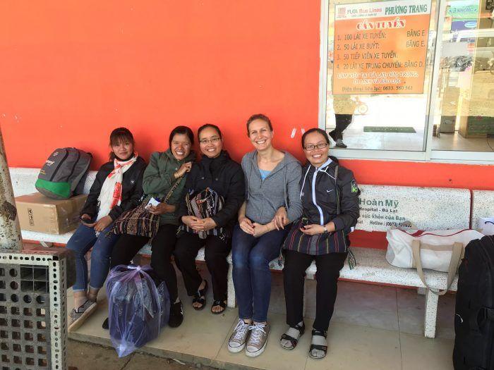 Attente à la station de bus avec les Sœurs