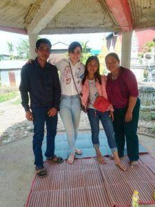Chloé avec les parents et la petite sœur de Chakriya