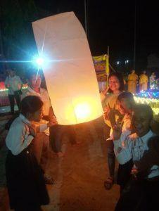 Chakriya en haut à gauche lors du lancée de lumière dans la pagode de son village