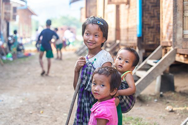Jeunes filles Kachin réfugiées dans un camp suite à la guerre civile.