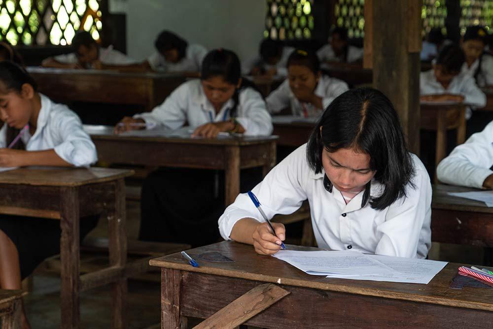 Elève cambodgien qui travaille ©Eloi Besson