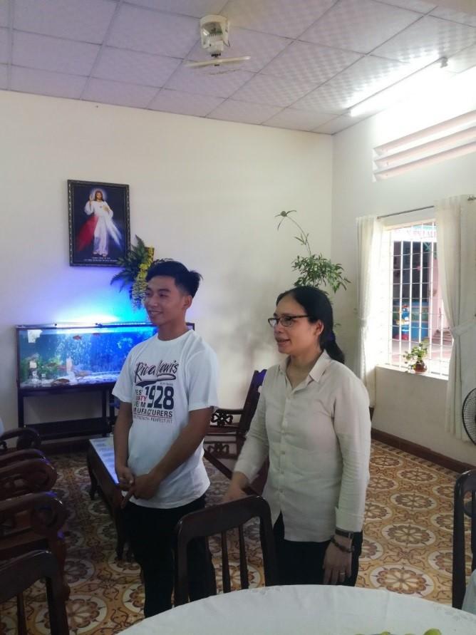 Tuong Anh, le filleul de Cécile et sa famille depuis un an, et sa maman