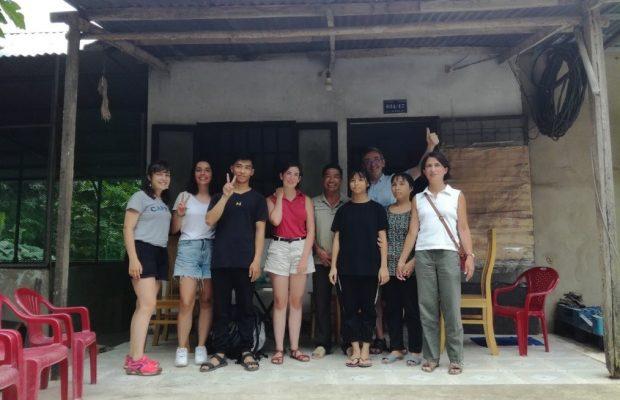 Cécile et sa famille rencontrent leur filleul vietnamien