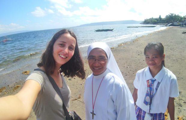 Nolwenn, une responsable de programme et une filleule philippine