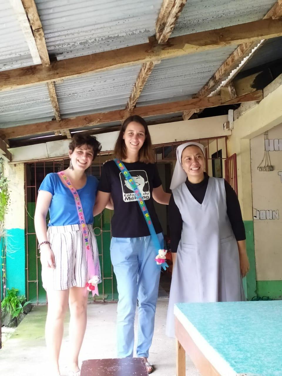 Nolwenn est avec Caroline, Bambou qui lui succède, ainsi q'une responsable de programme