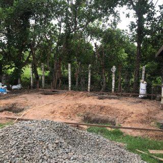 Après avoir aplani et compacté le sol, les ouvriers ont creusé les fondations.