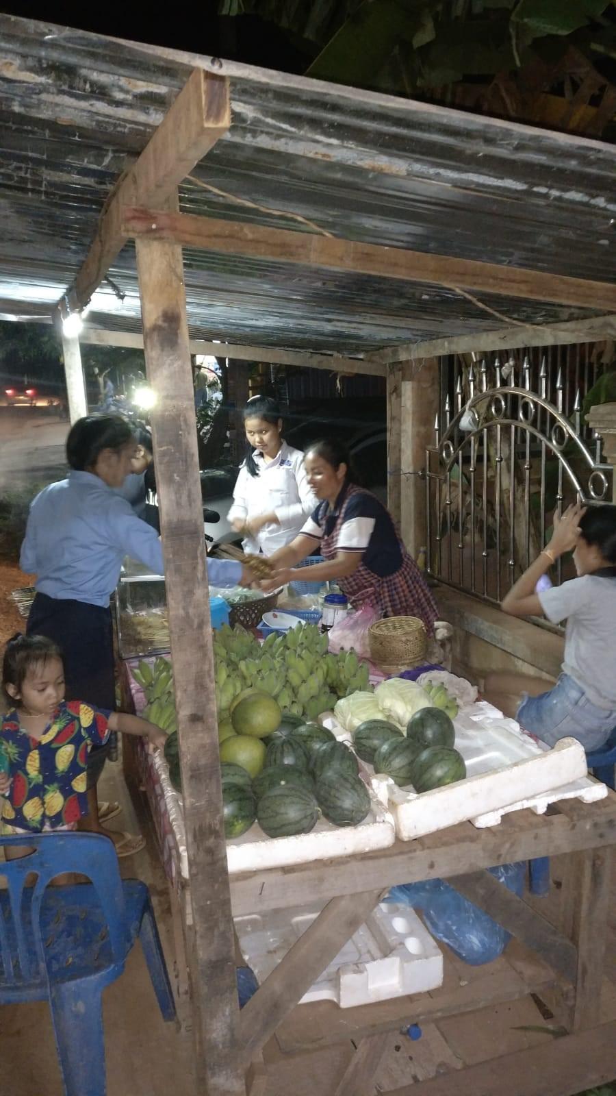 De gauche à droite : Namthan, Nam Oï, la mère, La Ou ©Stanislas, volontaire Bambou au Laos