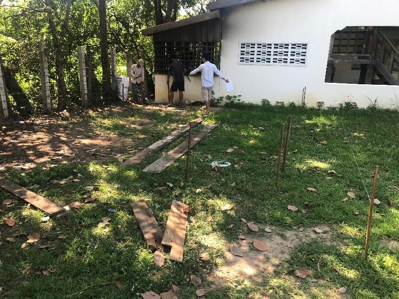 Délimitation du terrain et prises des mesures pour les fondations avec M. LY et son équipe