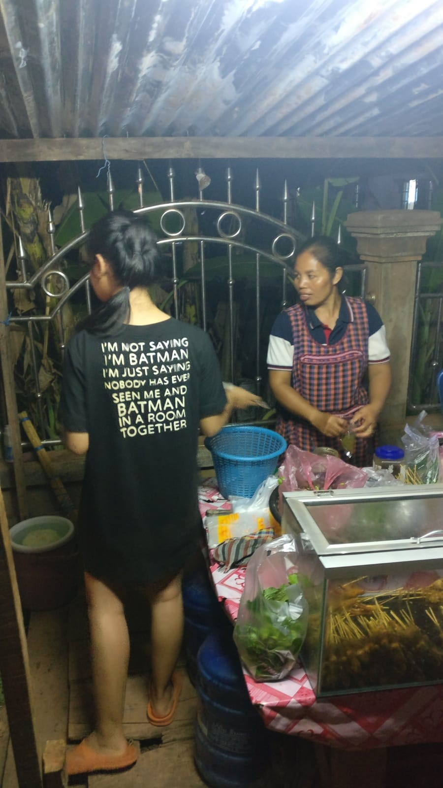 Photo amusante du tee-shirt de Nam Oï : Il est habituel de voir des tee-shirt avec des textes en anglais au Laos. ©Stanislas, volontaire Bambou au Laos