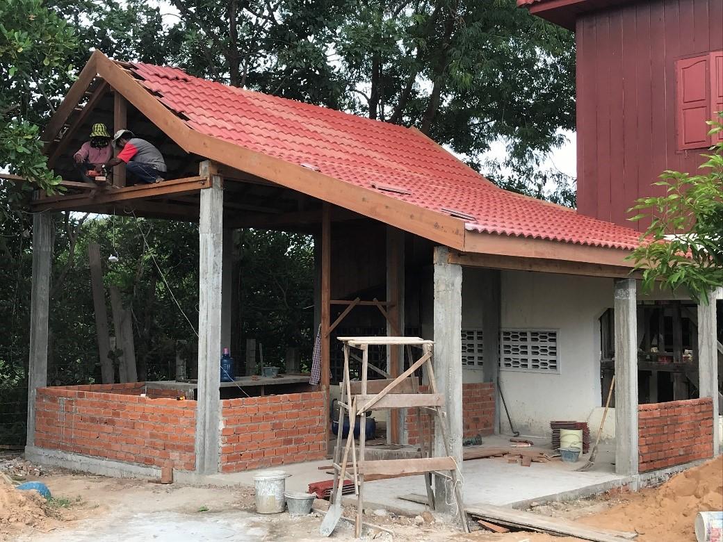 Pose des poutres et des tuiles, construction des murs en brique