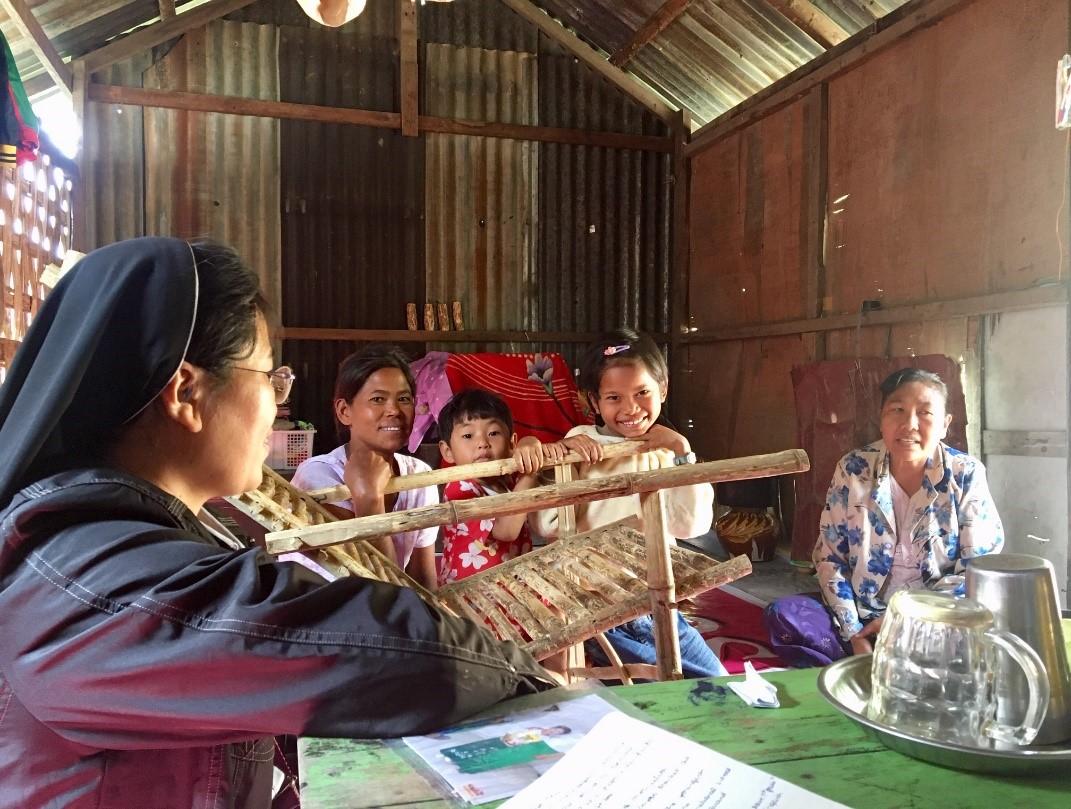 Echanges lors de la visite avec Sœur Eugenia, la maman, un petit voisin et Aye Mya Thu. ©Manon, volontaire Bambou en Birmanie