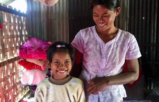 Aye Mya Thu et sa maman ©Manon, volontaire Bambou en Birmanie