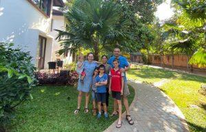 Bénédicte et sa famille rencontrent leur filleule