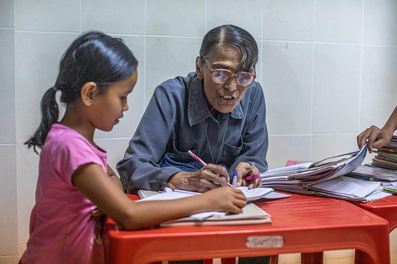 Soeur michelle enseigne le Chinois à une classe d'enfants du son centre Fontaine de Vie à Sihanoukville.