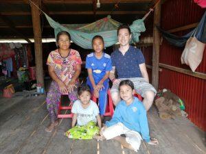 Eric rend visite à sa filleule au Cambodge