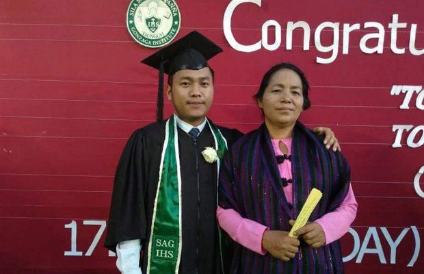 James et sa maman lors de sa remise de diplôme