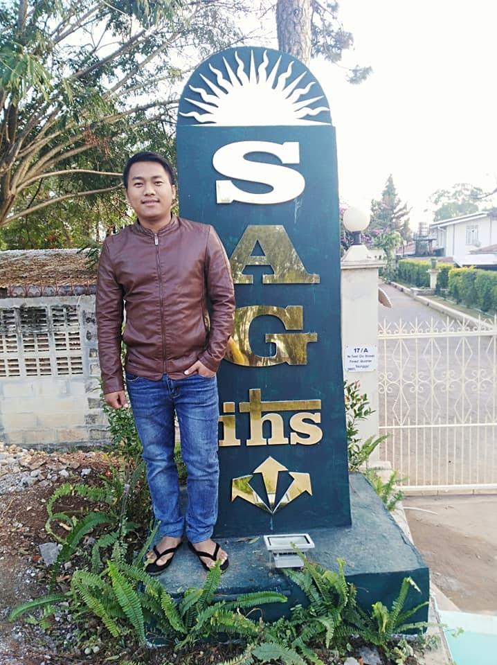 James devant son école