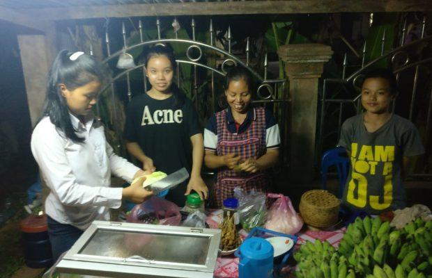 Nam Oï avec sa mère dans la pièce de vie de la maison. ©Stanislas, volontaire Bambou au Laos