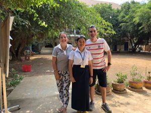 Emmanuel avec sa filleule et une volontaire Bambou du Cambodge