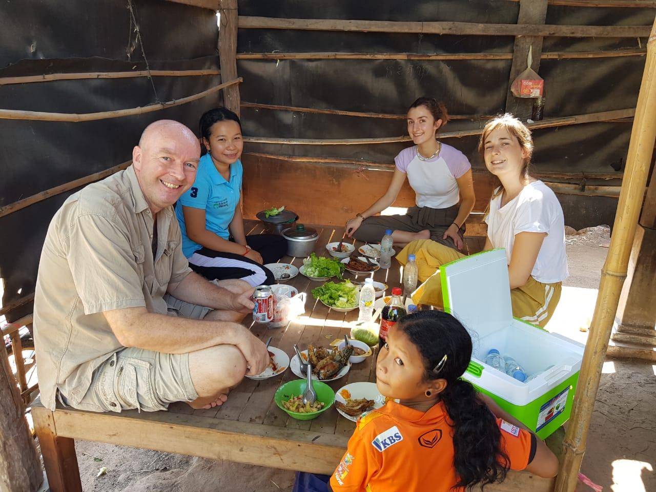 Déjeuner à Sisophon dans une famille de filleul