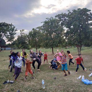 enfants qui jouent au laos