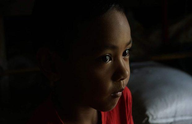 Petite fille en Thaïlande de profil