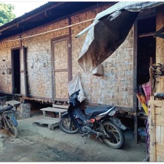 Les habitations des camps de déplacés sont sommaires. Construites à l'origine pour quelques mois, elles doivent en réalité tenir plusieurs années.